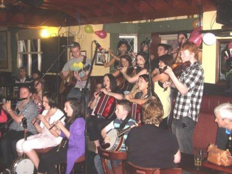 Some of the young musicians of An Crann Óg performing in Tigh Hiudaí­ Beag, Bunbeg at the popular Cabaret Craicéailte.