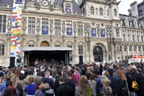 Altan performed to a large crowd in Paris.