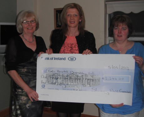 Consultant Nicola Ferry with 2 of her Slimming World Members Dolores Carolan(left) and Réiltín McCafferty(right) at Maghery Community Centre on Sunday 5th December with a cheque for Crumlin Hospital - Dermatology Unit.