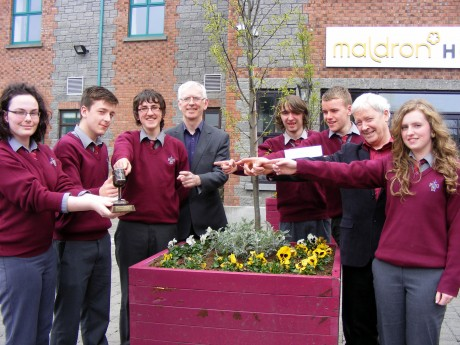 Pobascoil Chloich Cheannfhaola pupils with their prize in the Gael Linn Radio Competition.
