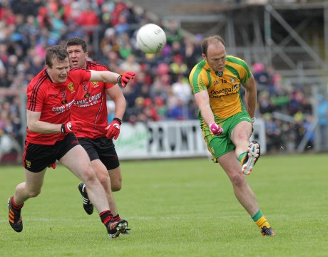 Colm McFadden gets the shot away against Daniel McCartan and Peter Turley of Down.