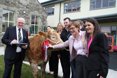 The 2 year old breeding Charolais Heifer owned by Laurena McGlinchey from Doonalt, Glencolmcille, in Co Donegal, first prize in a  novel fundraiser by the Niall Mór Community and Enterprise Centre in Killybegs.  Here she is pictured with members of the Centre, Mairead McGuinness MEP and Cllr. John Boyle.