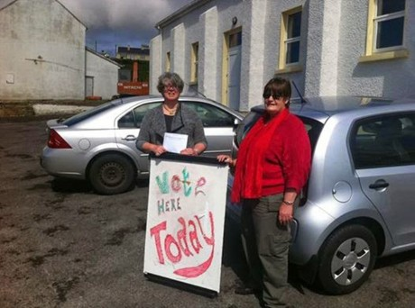 Steering Group Members Dr Shirley Gallagher and Councillor Frances Early at Polling Station, Ionad an Chrois Bhealaigh, Arainn Mhor.