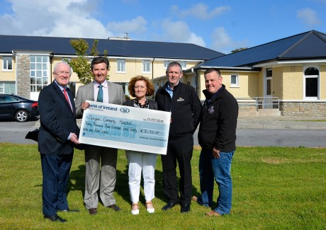 Daniel O'Donnell presents Sue Islam, Director of Nursing with the cheque for over €30,000. Photo: Mary Rodgers