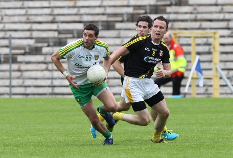 Odhr‡án MacNiallais, Donegal in possession against Michael McCann, Antrim.