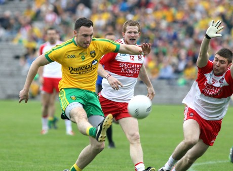 Donegal's Martin McElhinney gets the pass away as Enda Lynn and Ciaran McFaul close in. Photo: Donna El Assaad